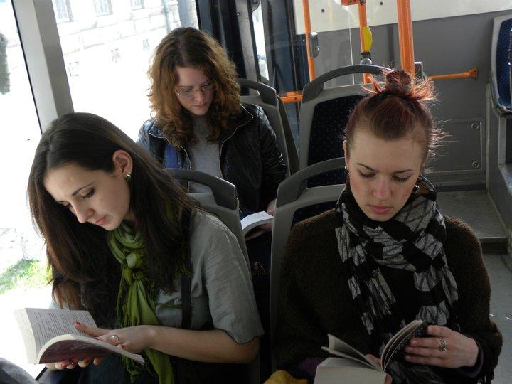 Clujenii citesc maine in autobuze
