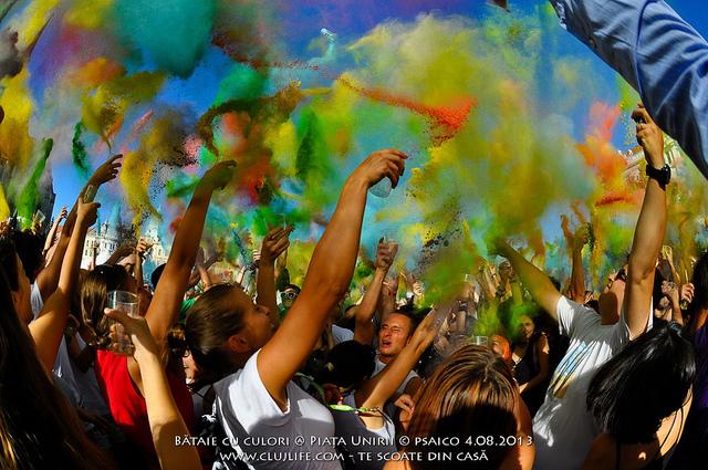 Poze: Bătaie cu culori @ Piaţa Unirii
