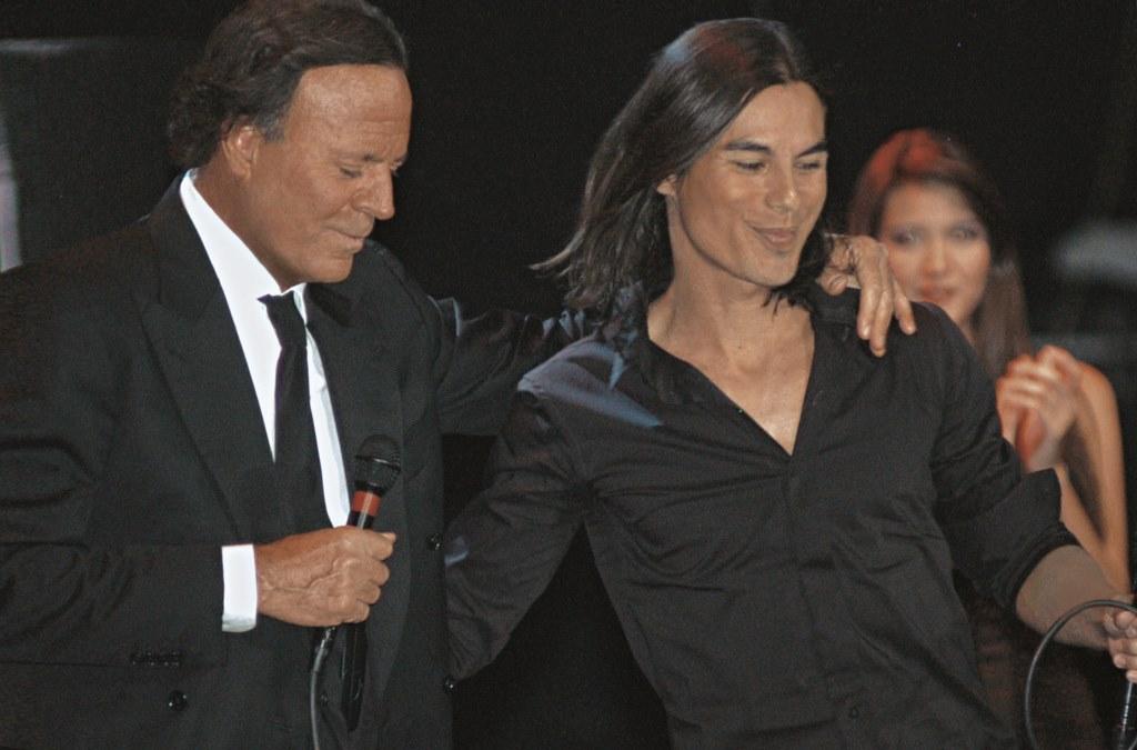 Julio Iglesias va cânta pe aceeași scenă cu fiul său
