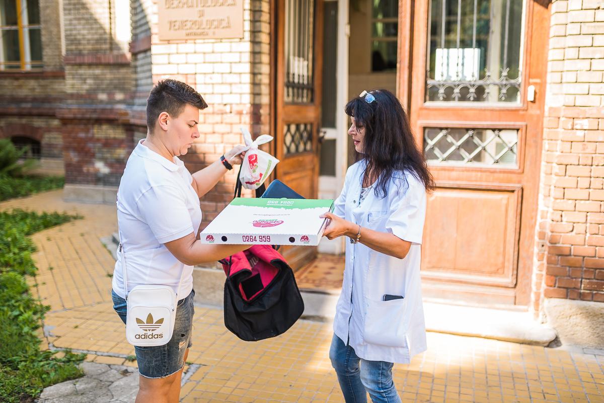 Fotoreportaj: Cum livrează o fată zeci de comenzi pe zi in Cluj   #homedelivery
