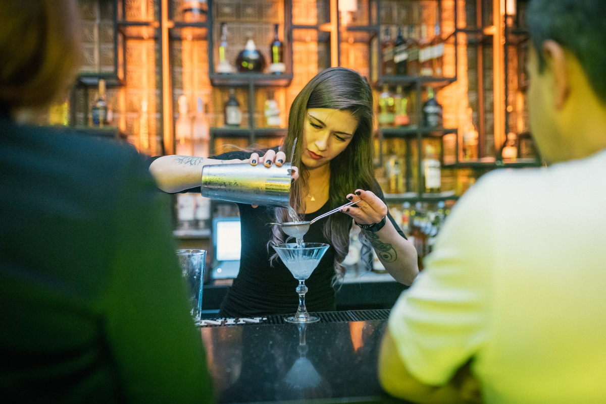 Interviu cu Adina Ion, bartender la Charlie
