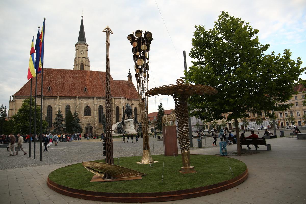 """Înainte de a ajunge la Cambridge (UK), grupul statuar """"Arhetipuri'' al sculptorului Liviu Mocan este expus la Cluj-Napoca"""