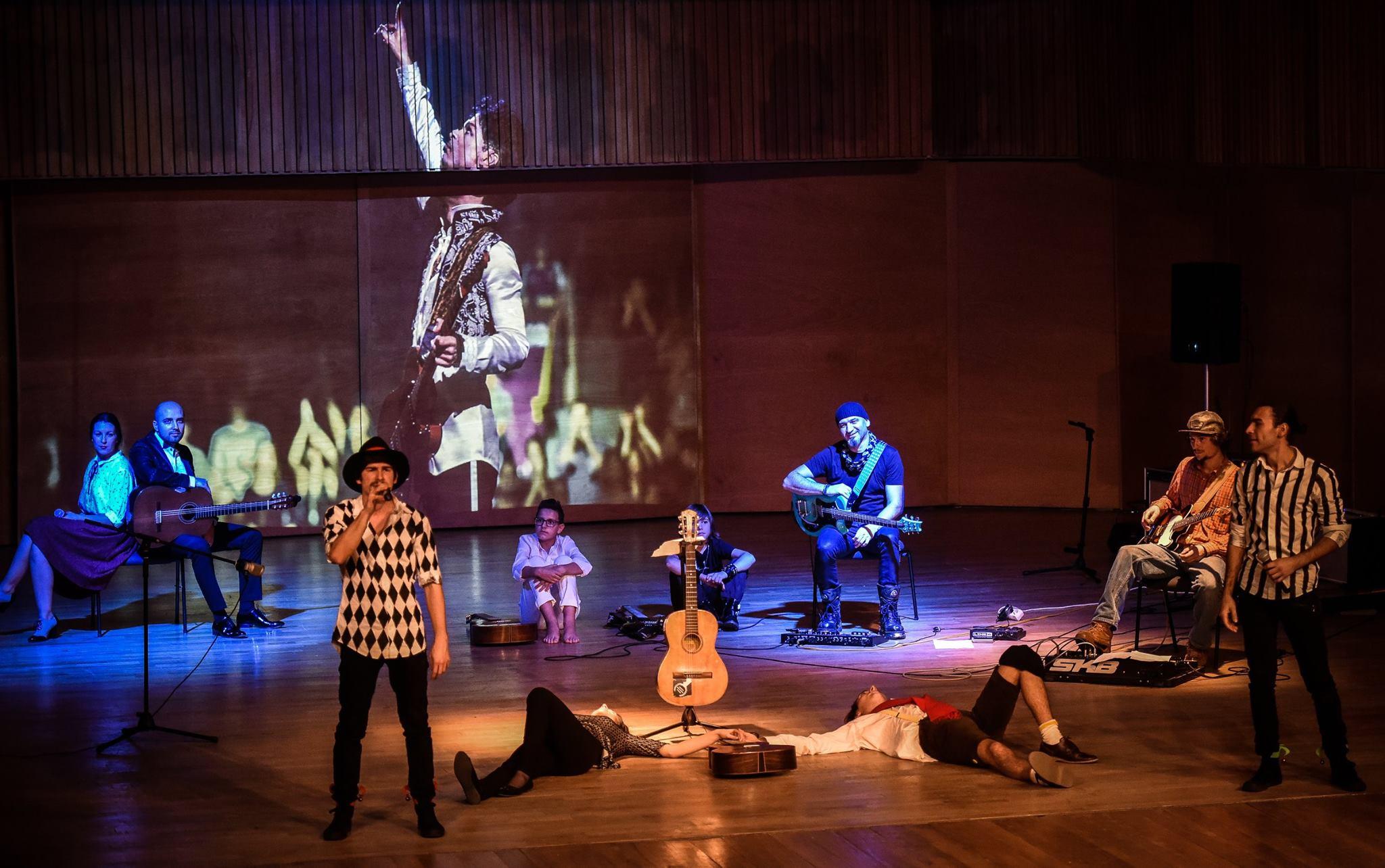 """Trilogia de teatru-muzical """"Povestea Chitarei"""" aduce la Cluj o distribuție formată din 5 actori și 5 chitariști"""