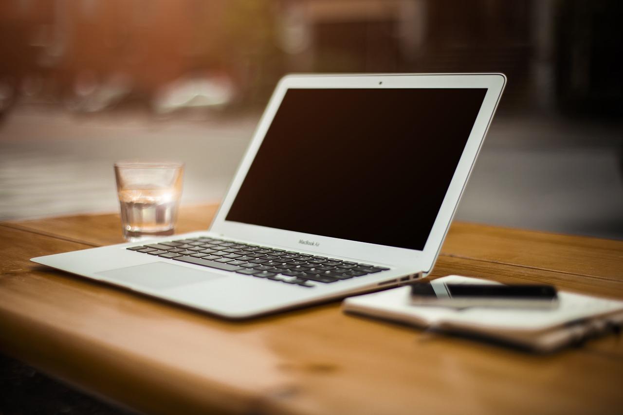 Laptop cu baterie detașabilă sau nedetașabilă? Află care sunt avantajele și dezavantajele și care este cea mai bună alegere