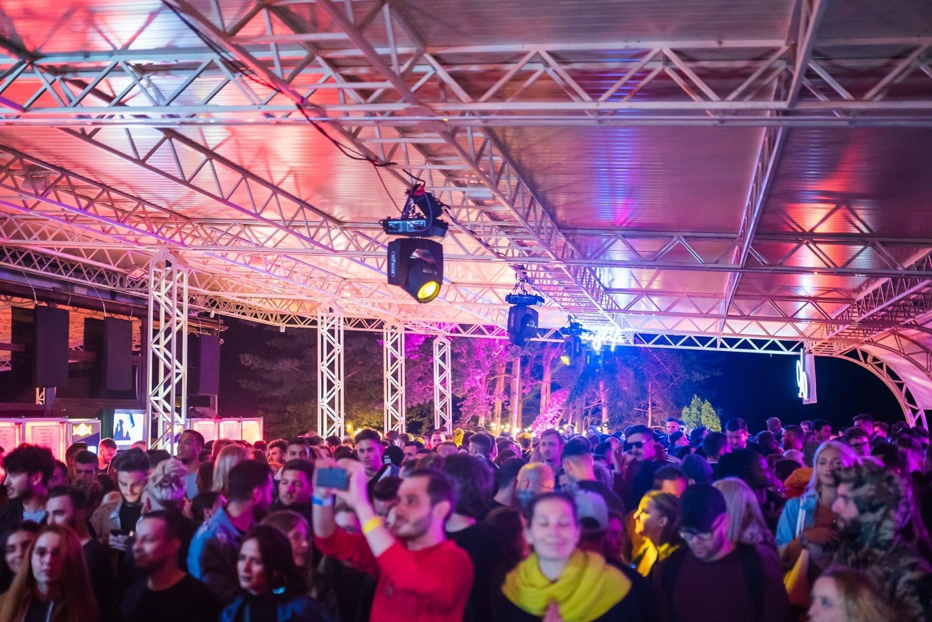 De ce Alandala a rămas unul dintre conceptele noastre preferate de petreceri de-a lungul timpului