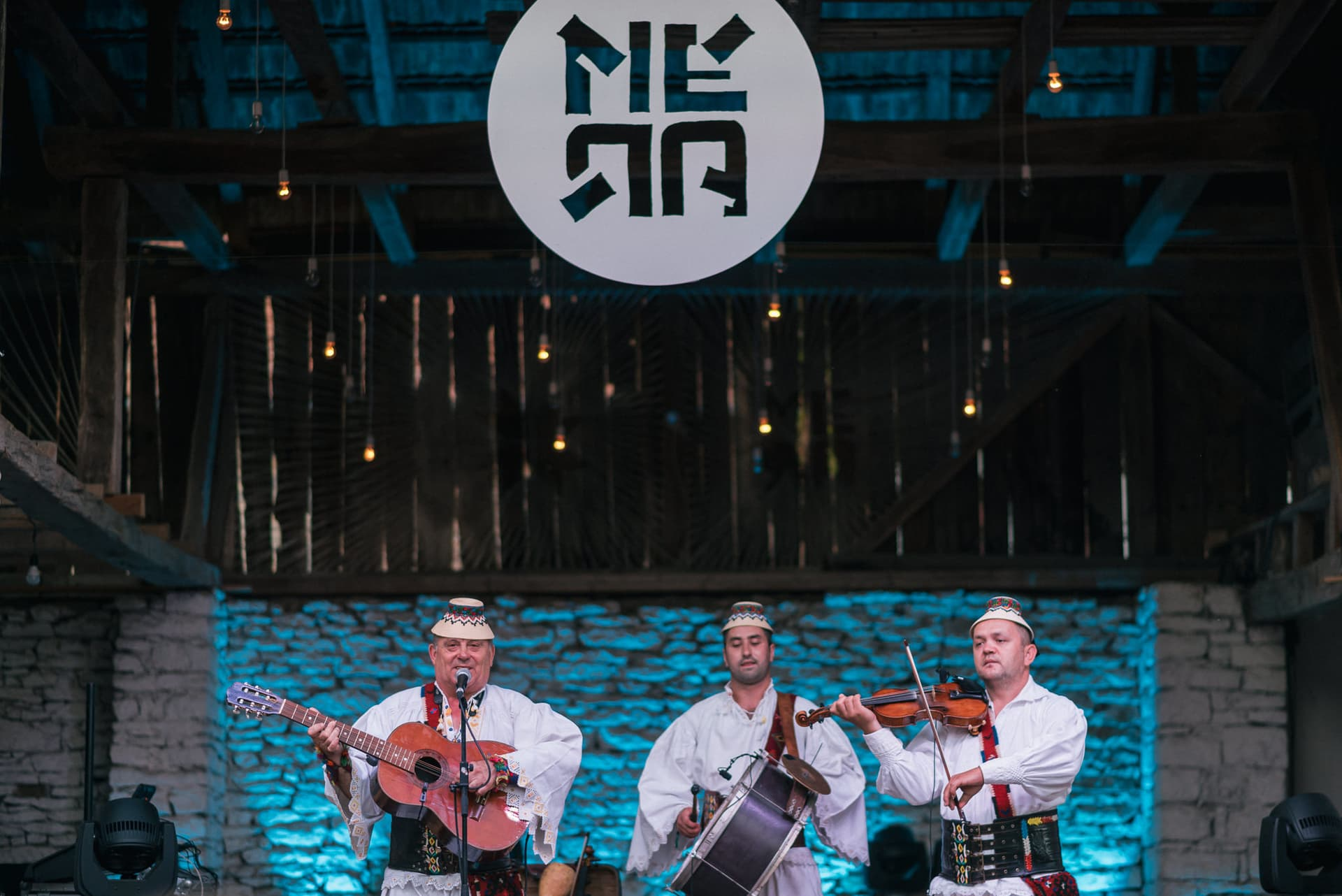 MERA WORLD MUSIC: Festivalul world music de șură al Transilvaniei, cu cea mai bună muzică a mileniilor trecute