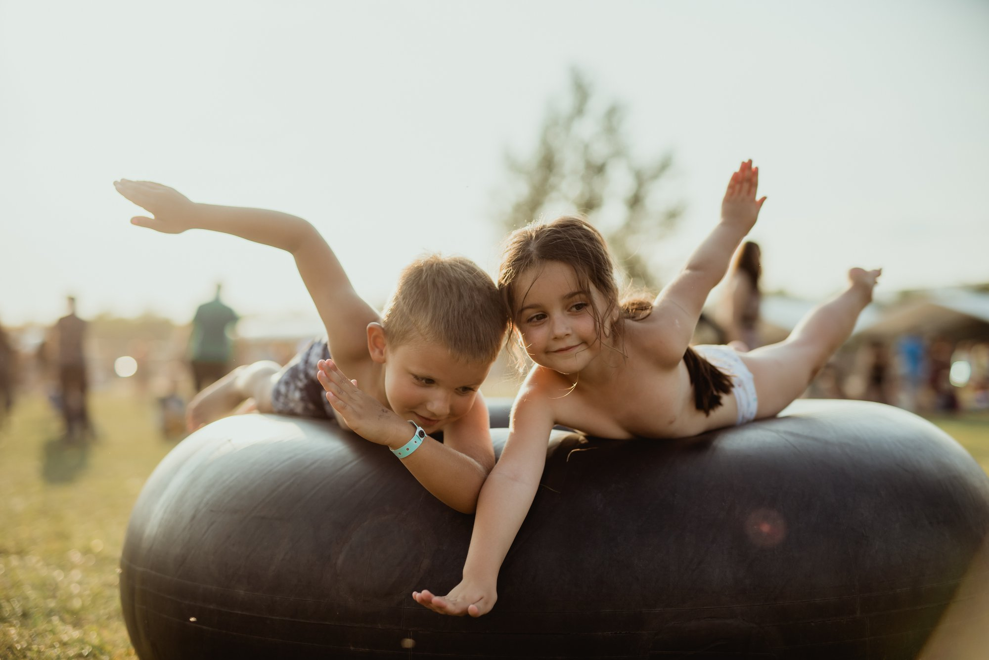 Cum e să mergi la Electric Castle ca părinte cu copilul – interviuri cu tinere familii la festival