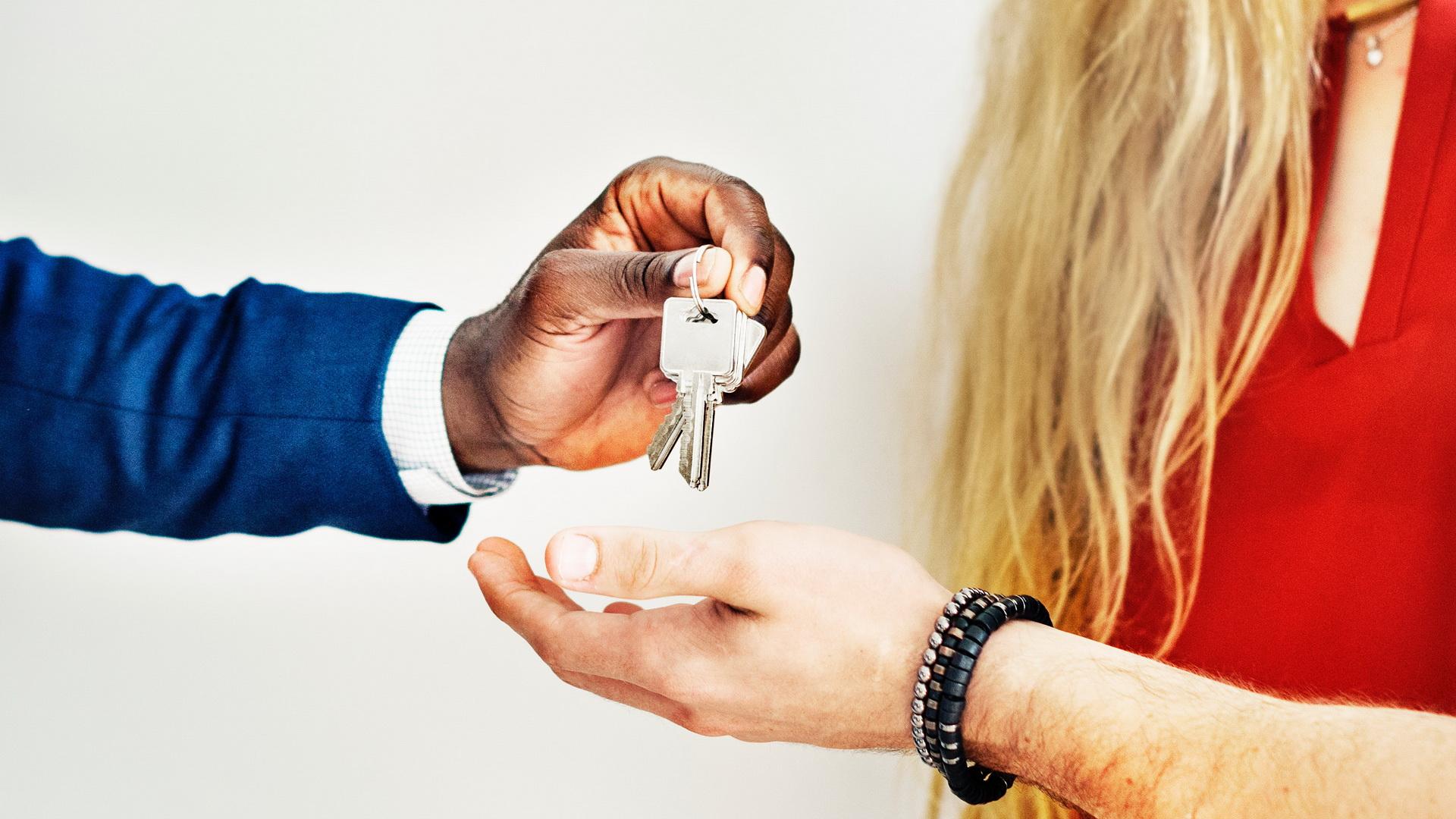 Cum e mai bine să vinzi: singur sau prin intermediul unei agenții imobiliare?