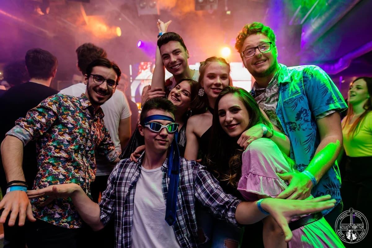 10 tineri ne-au spus de ce le plac petrecerile College Party