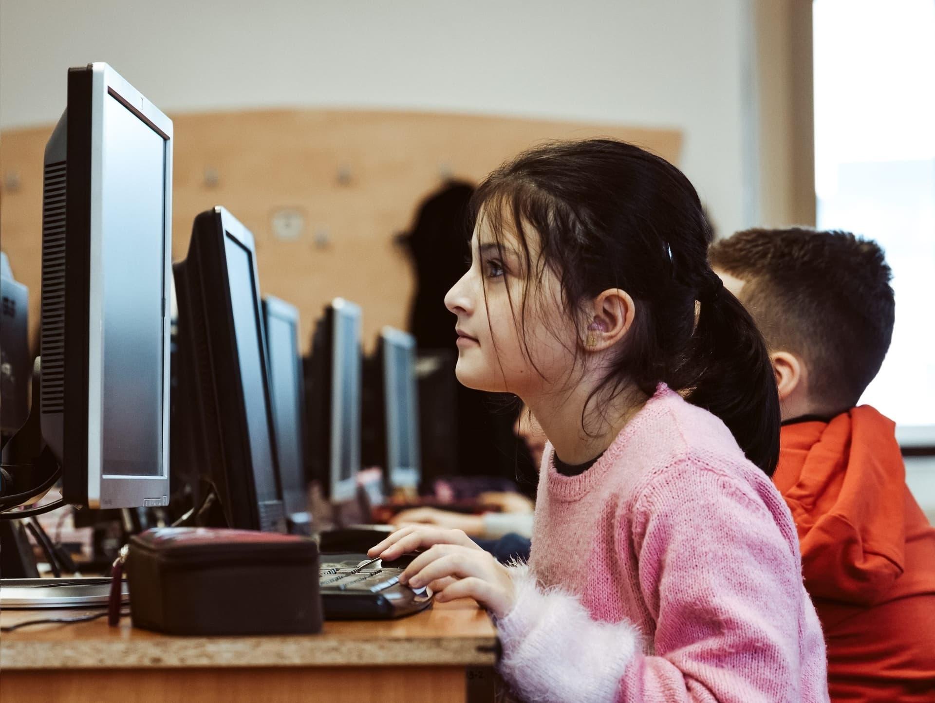 """Începe """"Code Hero"""", un club online gratuit de programare pentru copii"""