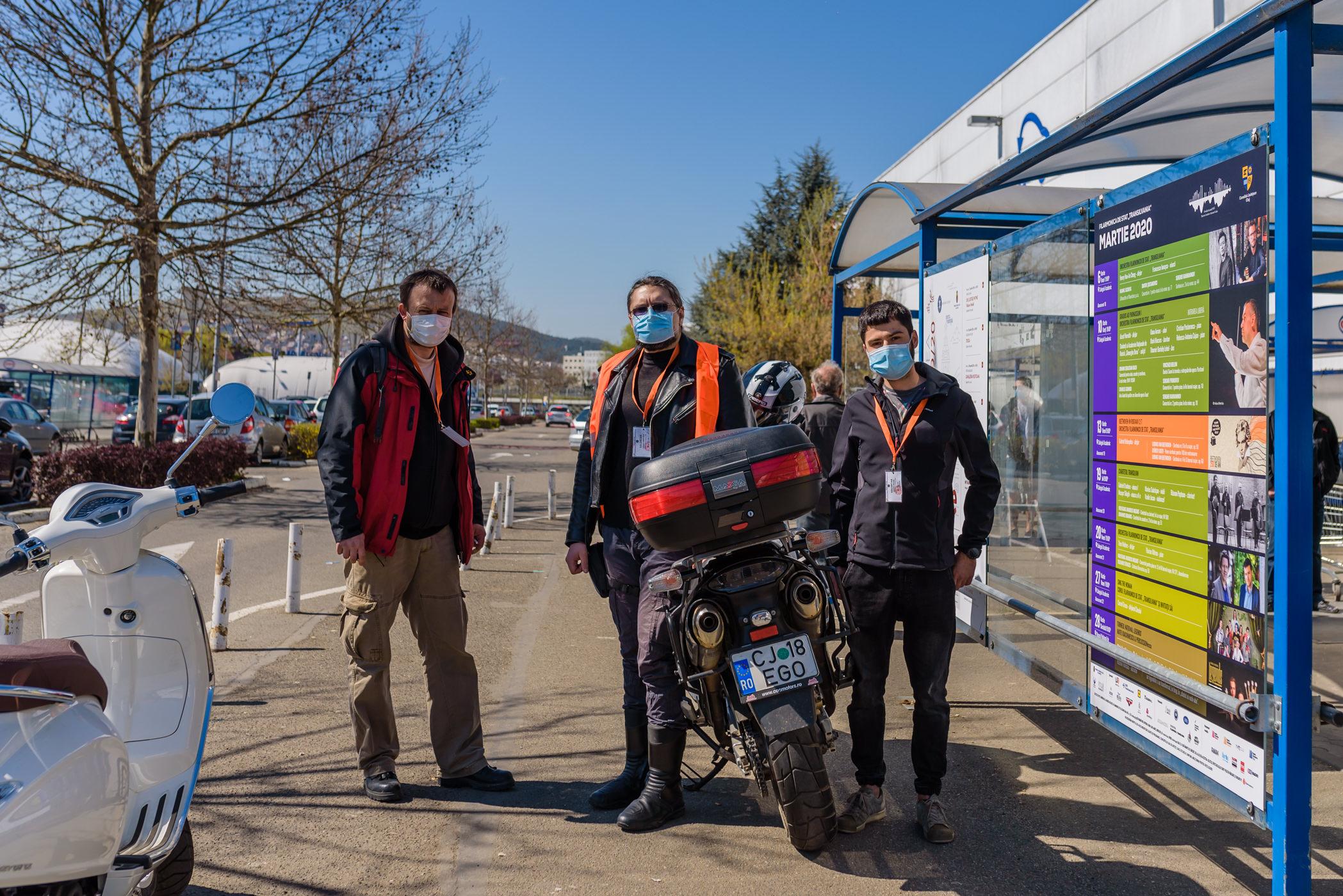 Fotoreportaj: Cum livrează voluntarii de la Vă ajutăm din Cluj