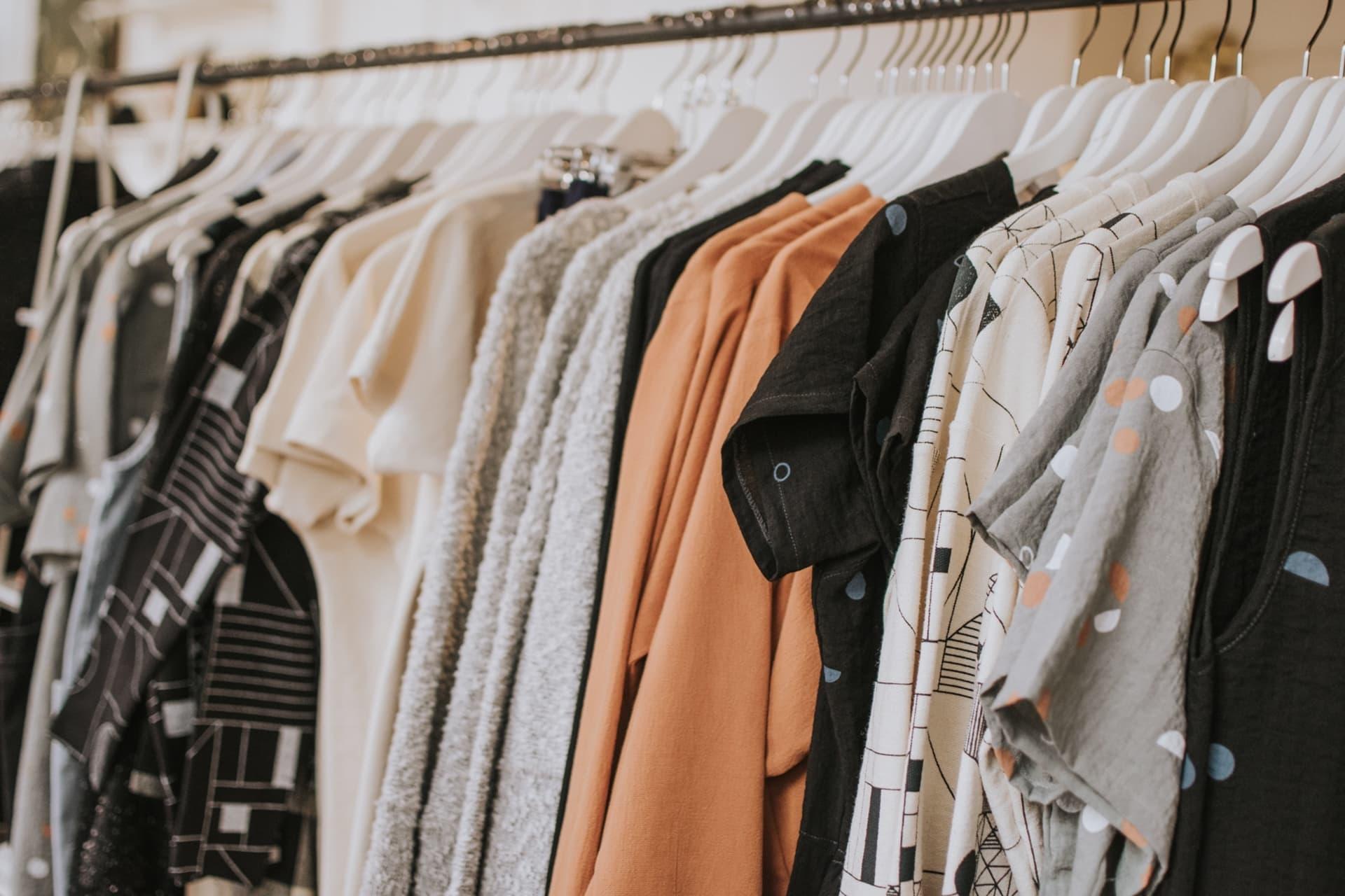 Cum să îți reînnoiești garderoba susținând designeri locali