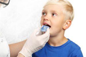 Când ar trebui să aibă loc prima vizită a celui mic la medicul ortodont