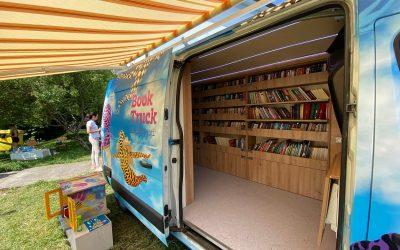 BookTruck: Peste 1.100 de cărți au fost colectate de biblioteca mobilă și vor fi împrumutate gratuit în satele din Cluj